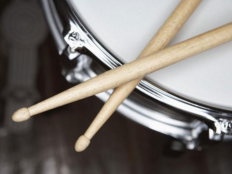 ¿Qué tipos de baquetas de batería debo usar según mi género musical preferido?